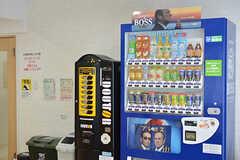 自動販売機が2台並んでいます。(2016-10-06,共用部,LIVINGROOM,1F)