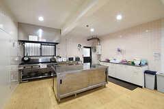 キッチンの様子。左手からガスコンロ、作業台、シンクです。(2016-10-06,共用部,KITCHEN,1F)