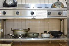 ガスコンロの下は共用の鍋やフライパンが収納されています。(2016-10-06,共用部,KITCHEN,1F)