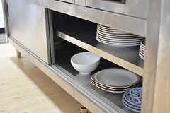 作業台の下は共用の食器が収納されています。(2016-10-06,共用部,KITCHEN,1F)