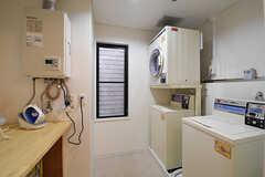 ランドリールームの様子。洗濯機が2台、乾燥機が1台設置されています。洗濯機の対面にアイロンスペースが用意されています。(2016-10-06,共用部,LAUNDRY,3F)