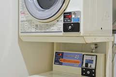 洗濯機と乾燥機はコイン式です。(2016-10-06,共用部,LAUNDRY,3F)