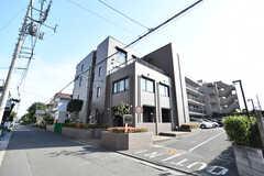 シェアハウスの外観。同じ建物ですが、手前がシェアハウス、奥がマンションになっています。(2017-05-29,共用部,OUTLOOK,1F)