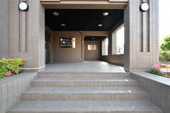 エントランスの様子。左手にシェアハウスの玄関があります。(2017-05-29,周辺環境,ENTRANCE,1F)