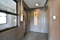 玄関から見た内部の様子。突き当たり右手にオートロックのドアがあります。(2017-05-29,周辺環境,ENTRANCE,1F)
