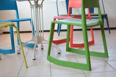 カラフルな椅子は、座ったり立ったりしやすい脚のつくりになっています。(2017-05-29,共用部,LIVINGROOM,2F)