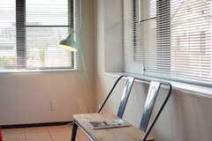 窓際のベンチとランプ。(2017-05-29,共用部,LIVINGROOM,2F)