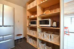 食器棚とキッチン家電の様子。(2017-05-29,共用部,KITCHEN,2F)