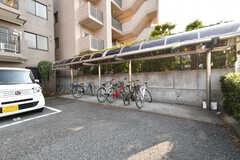 自転車置き場の様子2。屋根付きです。(2017-05-29,共用部,GARAGE,1F)