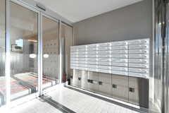 自動扉の手前には集合ポストと宅配ボックスが設置されています。(2017-12-25,周辺環境,ENTRANCE,1F)