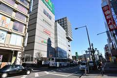 駅前には区役所やスーパーの入った複合施設があります。(2017-12-25,共用部,ENVIRONMENT,1F)