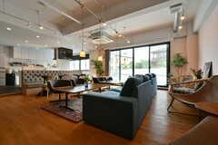ソファとダイニングテーブルが設置されています。(2018-06-09,共用部,LIVINGROOM,1F)