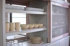食器棚はラウンジ側からでも取り出すことができます。(2015-08-18,共用部,KITCHEN,2F)