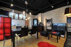 シェアハウスのリビングの様子2。テーブルの天板は、ワンサイズ大きくする事ができます。(2011-03-22,共用部,LIVINGROOM,1F)