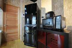 キッチン家電の様子。赤い引き出しは部屋ごとに分けられた食材などを置くスペースです。(2011-03-22,共用部,OTHER,1F)