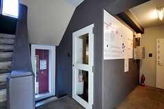 内部から見た玄関周りの様子。ガラスのドアがラウンジの入口です。(2012-01-07,周辺環境,ENTRANCE,1F)