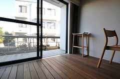 掃き出し窓からはテラスに出られます。テラスもダイニングと同じウッドデッキ。(2012-01-07,共用部,LIVINGROOM,1F)