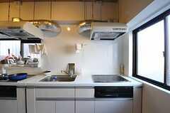 窓際のキッチンはとても明るい印象です。(2012-01-07,共用部,KITCHEN,1F)