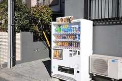 道路に面して自動販売機があります。(2012-01-07,共用部,OTHER,1F)