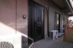 シェアハウスの玄関ドア。(2014-03-11,周辺環境,ENTRANCE,1F)