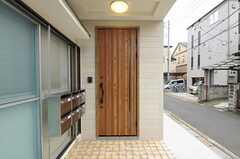 シェアハウスの正面玄関。ポストは部屋ごとに用意されています。(2012-10-10,周辺環境,ENTRANCE,1F)