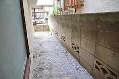 キッチン脇の掃き出し窓の外は、ゴミの一時保管場所になるのだそう。(2012-10-10,共用部,OTHER,1F)