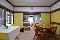 ダイニングを兼ねたカフェスペースの様子2。襖を開けると開放的です。カフェの営業中も入居者さんは自由に使えます。(2019-09-11,共用部,LIVINGROOM,1F)