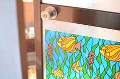 バスルームのドアはステンドグラス風。(2014-09-30,共用部,BATH,3F)