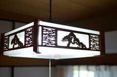 ランプシェードは和の木彫。(204号室)(2014-09-30,専有部,ROOM,2F)