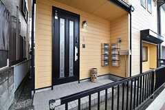 玄関の様子。玄関脇にポストが設置されています。ポストは専有部ごとに用意されています。(2016-11-15,周辺環境,ENTRANCE,1F)