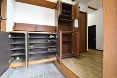 玄関から見た内部の様子。靴箱は専有部ごとに使えるスペースが決まっています。(2016-11-15,周辺環境,ENTRANCE,1F)
