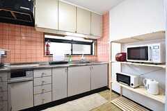 キッチンの様子。キッチン脇にキッチン家電が用意されています。(2016-11-15,共用部,KITCHEN,2F)