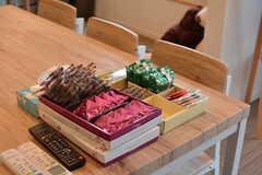 ダイニングテーブルは入居者さんのお土産がずらり。(2020-10-07,共用部,LIVINGROOM,1F)
