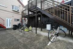 建物の裏手の自転車置き場は隣のアパートの入居者さんと共用です。(2020-10-07,共用部,GARAGE,1F)