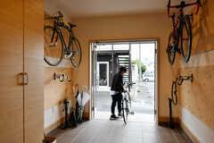 玄関のドアは両開きにすると、スムーズにバイクの出し入れができます。(2020-10-07,共用部,OTHER,1F)