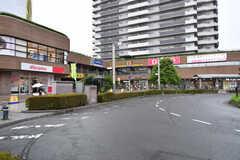 東武スカイツリーライン・谷塚駅前の様子2。スーパーやドラッグストアがあります。(2020-10-07,共用部,ENVIRONMENT,1F)