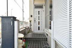 玄関の様子。階段があります。(2018-05-17,周辺環境,ENTRANCE,1F)