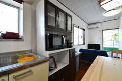 シンク脇は食器棚です。電子レンジ、トースター、電気ケトルが収納されています。(2018-05-17,共用部,KITCHEN,2F)