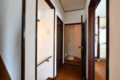 廊下の様子。左手のドアはトイレ、突き当たりはバスルームです。(2018-05-17,共用部,OTHER,2F)