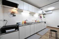 キッチンの様子。IHクッキングヒーターとシンクが2台ずつ用意されています。(2020-02-20,共用部,KITCHEN,1F)