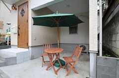自転車置き場にはテーブルとチェアが置かれています。(2011-06-17,共用部,GARAGE,1F)