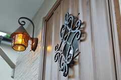 玄関ドアと照明の様子。(2011-06-17,周辺環境,ENTRANCE,1F)