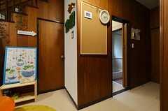 廊下の様子。右の入り口は水まわり設備です。(2015-01-21,共用部,OTHER,1F)