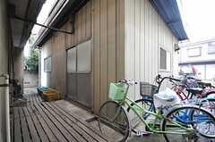 ラウンジは別棟、自転車置き場の脇にあります。(2014-03-20,共用部,LIVINGROOM,1F)