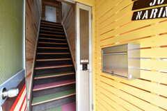 玄関の脇の共用のポストが設置されています。階段の先3Fがシェアハウスです。(2017-04-12,周辺環境,ENTRANCE,1F)