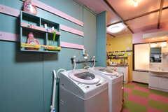 水まわり設備の様子。301〜310号室専用です。洗濯機が2台並んでいます。洗濯機の脇の棚に洗剤が用意されています。洗剤は在庫が切れたら補充をしてくれるそう。(2017-04-12,共用部,LAUNDRY,3F)