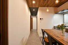 リビングと繋がる廊下。突き当たりが水まわり設備です。(2021-05-27,共用部,LIVINGROOM,1F)