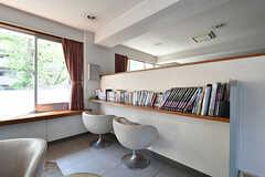 フィットネススペースの一角に読書スペースがあります。(2018-04-13,共用部,OTHER,1F)