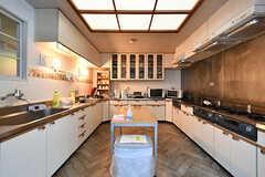 キッチンの様子。右手にもキッチンがあります。(2018-04-13,共用部,KITCHEN,1F)