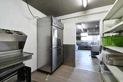 食料庫の様子2。業務用冷蔵庫が設置されています。(2018-04-13,共用部,KITCHEN,1F)